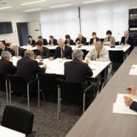 奄美市自殺対策計画を策定した推進本部会議=25日、市役所会議室
