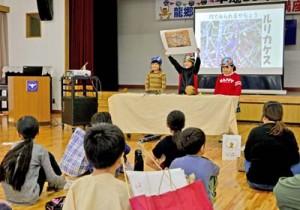 工夫を凝らして学びの成果を発表する講座生=16日、龍郷町