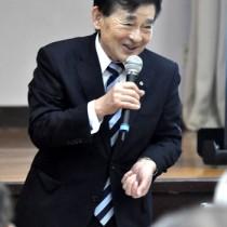 講演で、ドラマ「西郷どん」制作の裏話などを紹介した原口氏=3日、知名町中央公民館