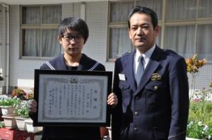 市野署長(右)から 感謝状を受け取った中村恵実さん=12日、瀬戸内町の古仁屋中学校