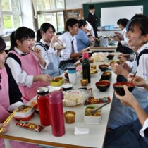 持参した弁当に舌鼓を打つ生徒たち=19日、奄美市笠利町の県立大島北高校