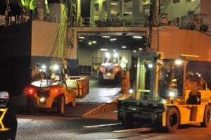 名瀬新港の上り定期船の荷役作業。繁忙期に向け、さらに慌しさを増す=20日、奄美市名瀬