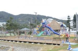 遊具や健康器具、高倉、湿地の観察デッキなどを備える龍郷町とおしめ公園(提供写真)