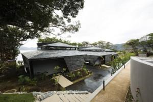 大島紬の手法で染めたイタジイを使った外壁と屋根=傍島利浩撮影