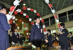 温かい拍手の中、会場を後にする卒業生=22日、奄美市名瀬の伊津部小学校