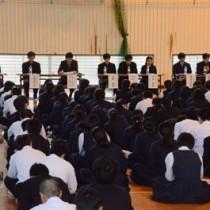 県立大島高校で大学合格体験を語る卒業生たち=19日、奄美市名瀬