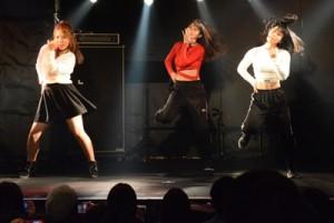 高校生たちがダンスなどのパフォーマンスを見せた高文祭=10日、奄美市名瀬
