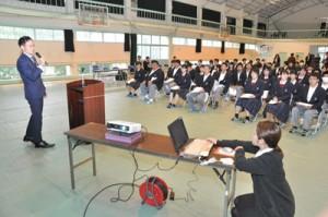 9事業所が参加した古仁屋高校の地元就職ガイダンス=15日、瀬戸内町