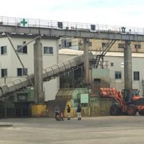 今期の搬入作業を終えた南栄糖業=20日、和泊町