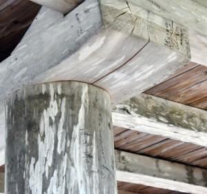 落書きたれた梁と柱=25日、龍郷町
