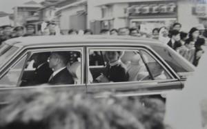 西岡さんが撮影した車中の美智子さま=1968年4月、瀬戸内町古仁屋