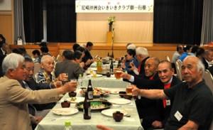 歓迎交流会を楽しんだ尼崎沖洲会いきいきクラブの会員ら=17日、知名町