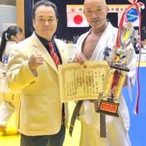 優勝を祝う安田さん(右)と与論町出身の入来武久師範(提供写真)