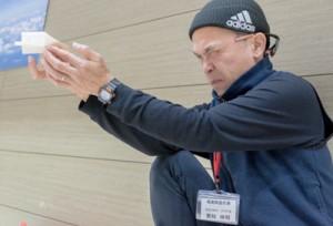 競技前に紙飛行機の最終調整をする栗林伸明さん=13日、東京・葛飾