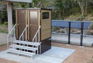宮古崎の展望台付近に設置されたバイオトイレ=3月31日、大和村国直
