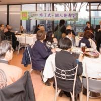 会員らにアドバイスをする武下和平さん(右から3人目)=13日、東京・品川区中小企業センター