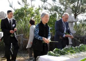 祭壇に献花する遺族会会員ら=18日、瀬戸内町古仁屋の森山公園