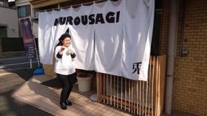 奄美の健康長寿食を提供している倉橋さん=東京都中野区