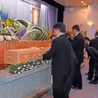 大勢の参列者が花を手向けて保岡興治さんの遺徳をしのんだ告別式=24日、鹿児島市の吉田葬祭