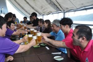 オープン初日から大勢の客でにぎわったビアガーデン=25日、奄美市名瀬