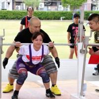 各階級で奄美勢が活躍した県パワーリフティング選手権大会。写真は伊仙町の常美幸選手=14日、鹿児島市