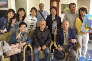77年ぶりの再会を果たした(前列右から)平山さんと森さん=4月13日朝、喜界島のホテルで(提供写真)