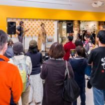 タナカアツシさんの伴奏で朝花節などを熱唱した朝崎郁恵さん=14日、タワーミニ・ダイバーシティ東京プザ店