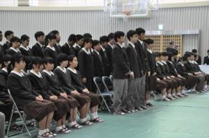 元気よく返事をして入学許可を受けた奄美高校の新入生=9日、奄美市名瀬の奄美高校
