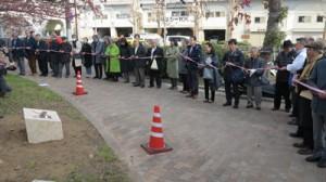 碑の設置を祝いテープカットする参加者=2月23日、神戸市(提供写真)