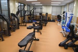 徳之島町健康の森総合運動公園屋内運動場に設けられたトレーニング室=3月30日、徳之島町徳和瀬