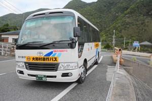 大和村―奄美市名瀬間を運行する代替バス=6日、同村今里