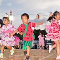やぐらの上で楽しそうに盆踊りを踊る園児ら=27日、和泊町のヤーシチ公園
