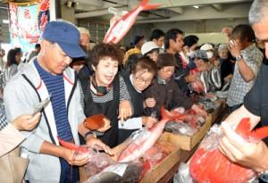 新鮮な魚介類を求める買い物客でにぎわった「新鮮なお魚まつり」=21日、奄美市の名瀬漁協