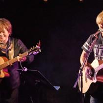 歌とギターで観客を魅了した(左から)影山さんと遠藤さん=13日、奄美市名瀬