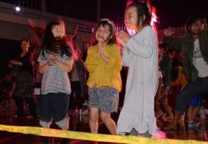 バンド演奏に合わせて踊りだす観客=28日、大和村名音