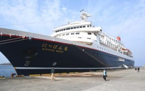 徳之島に寄港した大型クルーズ客船「にっぽん丸」=9日、天城町平土野港