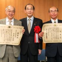 表彰を受けた寺田仁志さん(左)と窪健一さん(右)。中央は原田環境大臣=17日、東京都の環境省庁舎