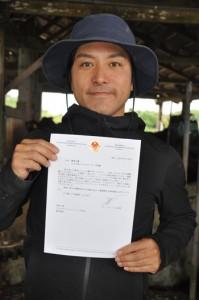 駐日ベトナム大使から寄せられた手紙に笑顔を見せるエラブネクストファーマーズの要秀人代表