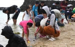 海開きで潮干狩りを楽しむ家族連れ=29日、天城町与名間