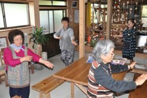 「蘇鉄音頭」の振り付けを練習する上城小校区の女性たち=12日、知名町の沖永良部芭蕉布会館