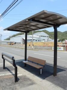 シェルターやベンチが設置されたバス停。写真は買い物客の利用も多いAコープ笠利店前=2日、奄美市笠利町