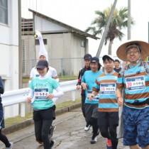 喜界島マラソンでスタートするランナー=21日、町総合グラウンド