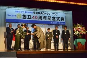 歴代会長らへの感謝状贈呈もあった奄美中央RCの40周年記念式典=26日、奄美市名瀬