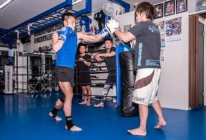 所属するキックボクシングジム、ブラ・フレイで練習に打ち込む伊仙町選手=2019年1月、神戸市中央区