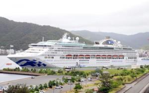 乗客約2200人を乗せて寄港するサン・プリンセス=2018年7月20日、奄美市名瀬