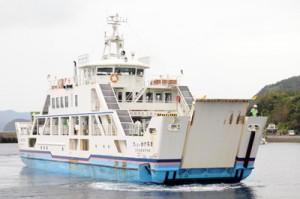 運航再開から1年たった新船フェリーかけろま=16日、瀬戸内町古仁屋漁港