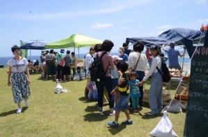 「あやマルシェ」を楽しむ来場者たち=27日、奄美市笠利町のあやまる岬観光公園