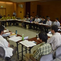 奄美大島と徳之島の国立公園の管理運営計画案について協議した検討会=26日、奄美市名瀬