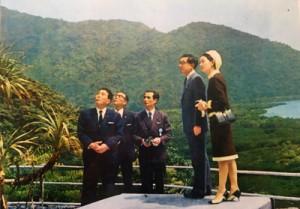 皇太子時代に初来島された前天皇、皇后ご夫妻に同行した師玉登さん(中央)=1968年4月、奄美市住用町