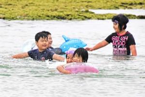 元気に海水浴を楽しむ子どもたち=28日、伊仙町伊仙